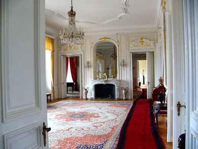 Интериорът на палата е обзаведен с най-изящни европейски мебели образец за вкус