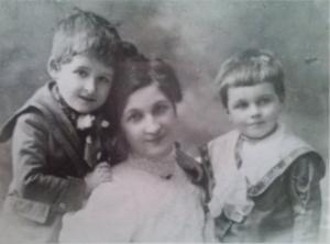 Сабинка Цонева (съпругата на Б. Цонев) със синовете си Любен и Добрин