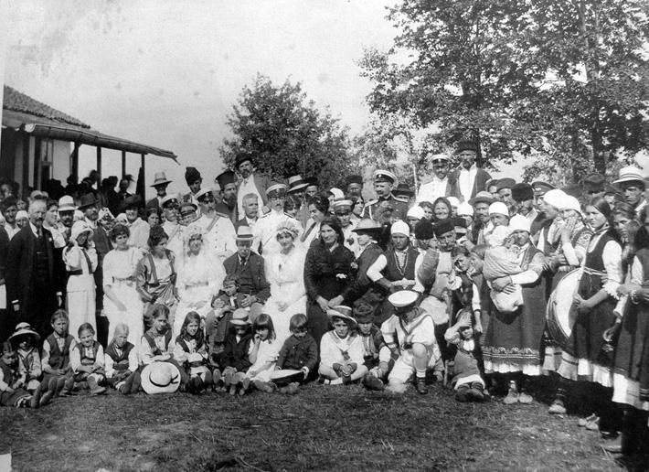 Баучер и ген. Владимир Вазов и други гости на сватбата на дъщерите на Младен Ангелов в Бистрица