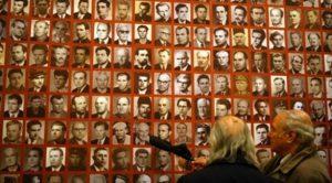 Част от стената с образите на преминалите през лагера в Белене.