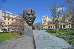 "Статуя на Стефан Стамболов в градинката ""Кристал"" в столицата"