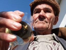 Дядо си пийва от вълшебния еликсир