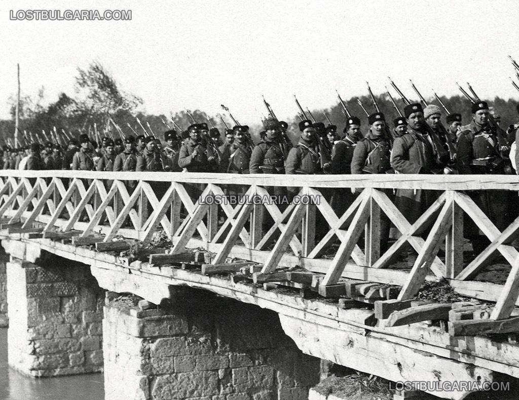 Българската пехота преминава мост над река Марица на път за Одрин, 1912 г.