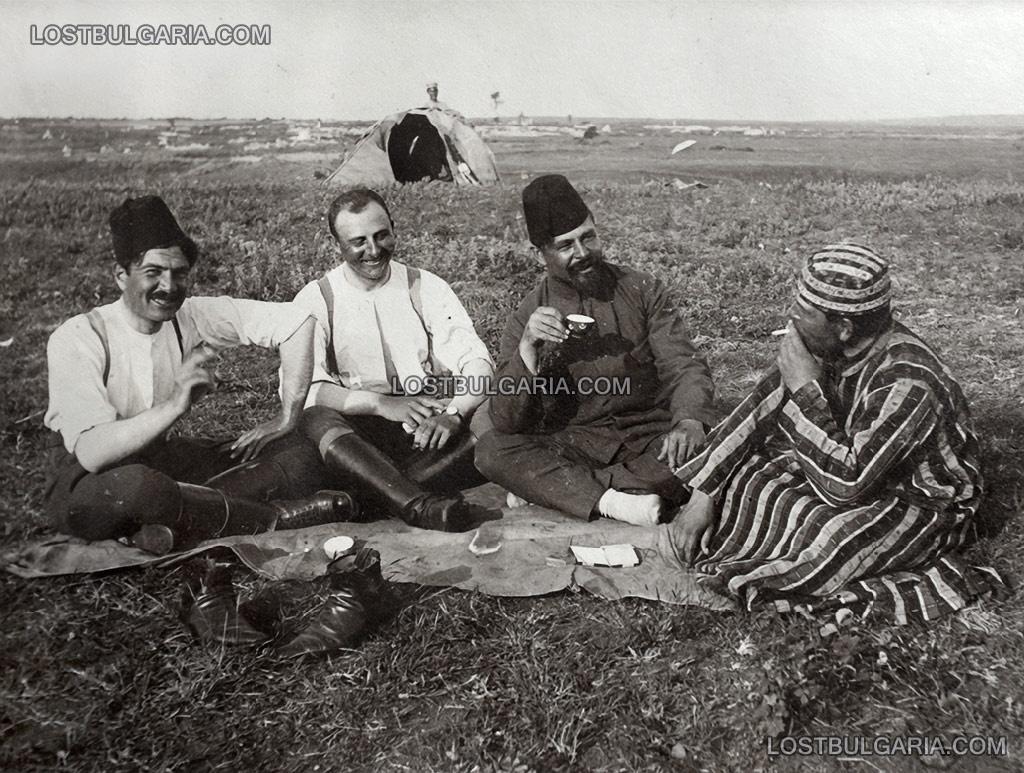 Снимка за спомен на български офицери, облечени в трофейни турски дрехи, вероятно Одринска Тракия, 1912-13 г.