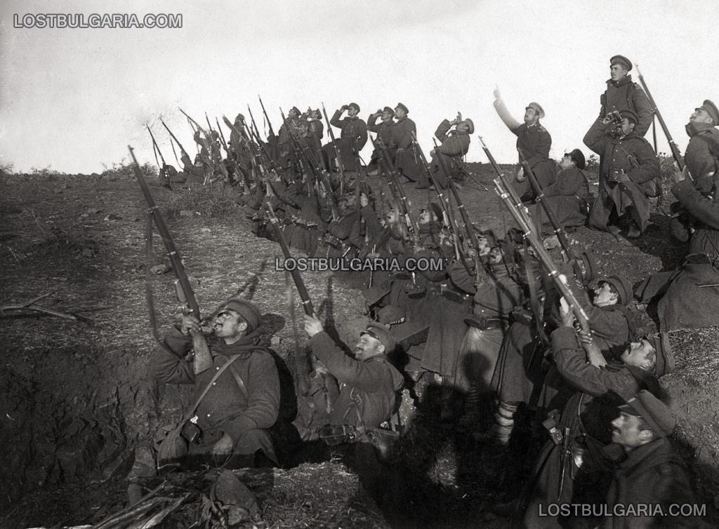 Пехотинци в готовност за залп срещу противника