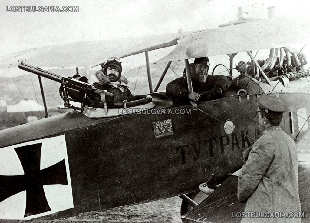"""Български авиатори преди боен полет на борда на разузнавателен биплан Albatros C.III, наречен """"Тутракан"""", в кабината на наблюдателя е подполковник Васил Златаров, командир на българската авиация през Първата световна война, картечницата е авиационна 7,92-mm MG 14 Parabelum (""""Парабелум""""), 1918 г."""