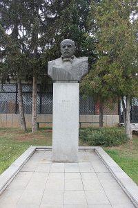 Паметник на Денкоглу в родното му място.