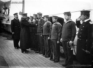 """Построение (строеви преглед) на борда на крайцера """"Надежда"""" от командващия флота кап. I ранг Станчо Димитриев (1908 - 1911); снимка: lostbulgaria.com"""