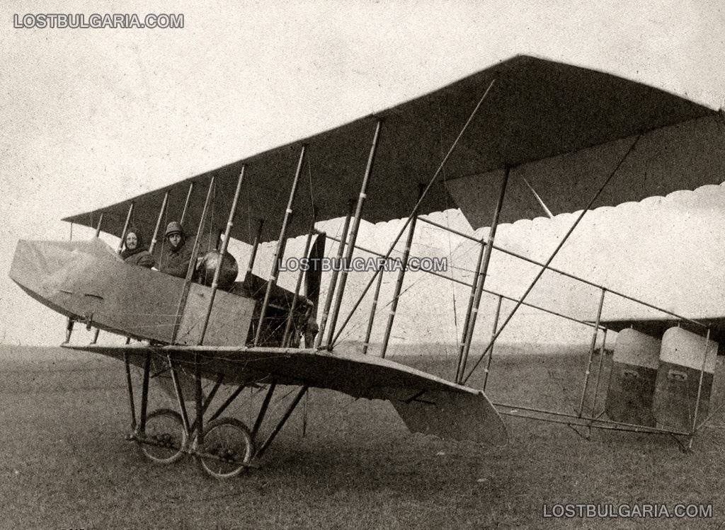Придворният фотограф на Цар Фердинанд Георг Волц (Georg Woltz) - вляво, и български авиатор преди полет на борда на разузнавателен аероплан Фарман 7 (Farman MF.7), Одрин 1912 г.