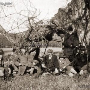Н.В. Цар Борис III със свои приближени по време на ловен излет из Рила, 30-те години на ХХ век; снимка: lostbulgaria.org