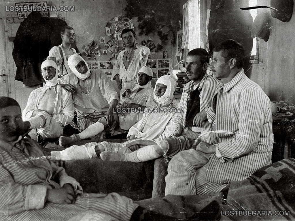 Ранени войници се възстановяват в Александровската болница в София, 1918 г.