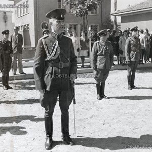 Генерал Дамян Велчев, министър на войната държи реч при посещение във военно поделение, неизвестно къде, вероятно края на 1945 г.