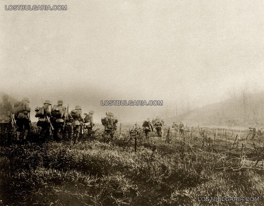 Българска войскова част минава през телени заграждения