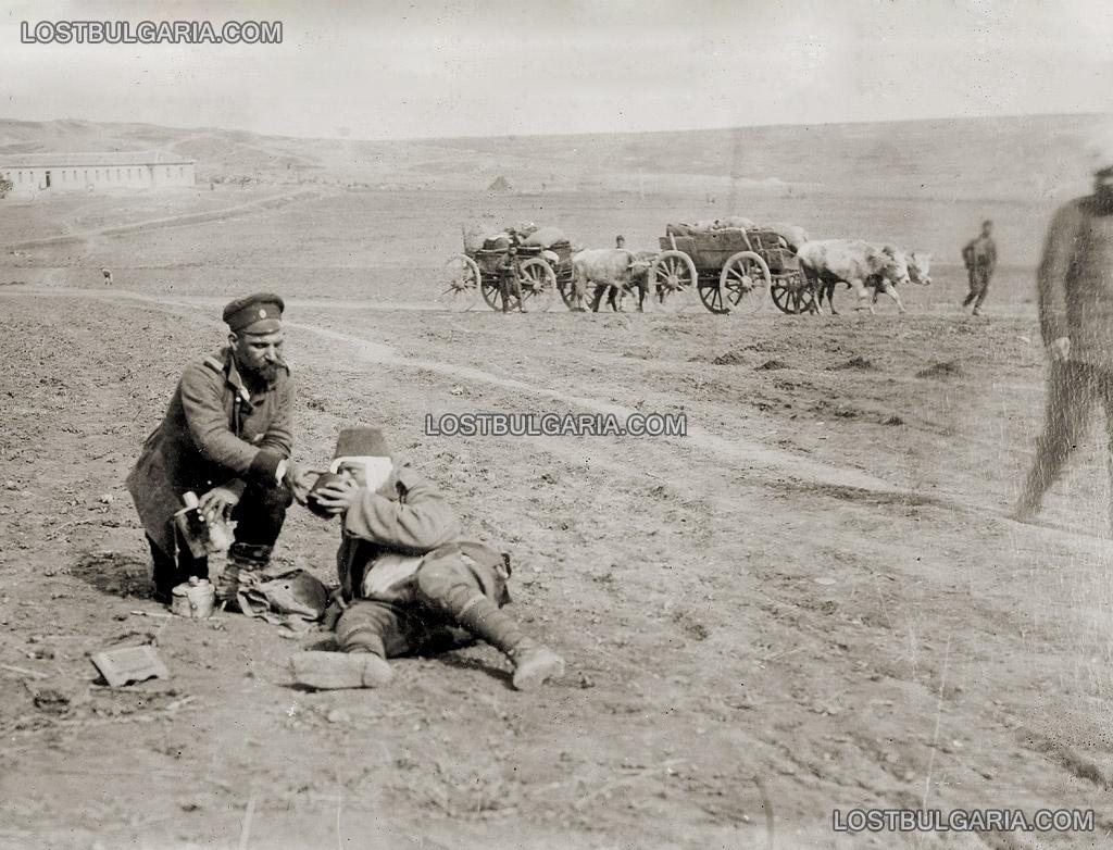 Одрин, български войник дава вода на ранен турски войник, 1912 г.
