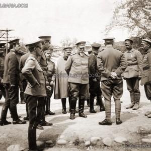 Командващият II армия генерал Георги Тодоров с офицери от Щаба в разговор с отличили се на фронта войници. Щаба на II армия, Свети Врач, 1916 г.