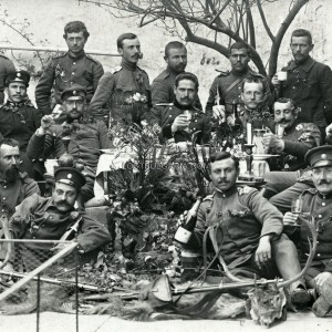Офицери и войници от пионерните части празнуват падането на Одрин в къщата на Шефик бей