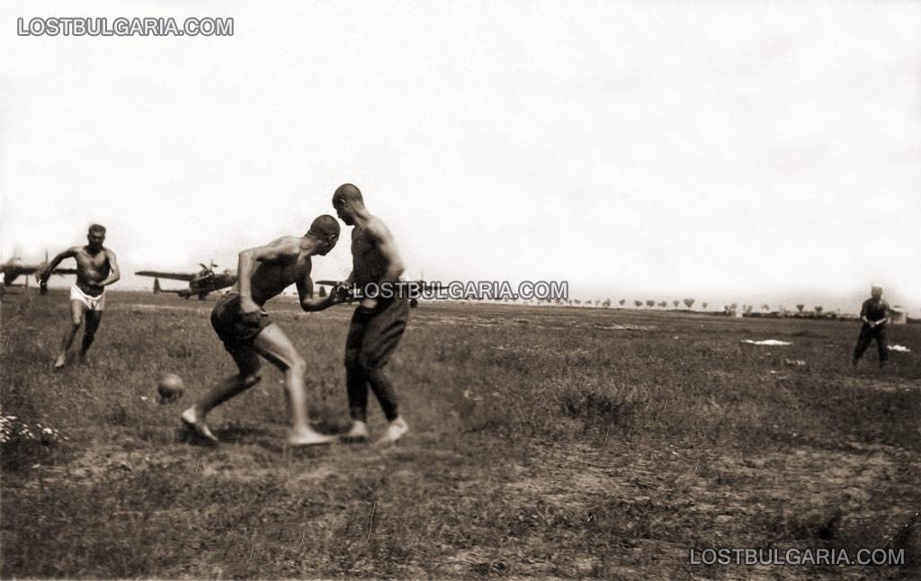"""1942, летци играят футбол край бомбардировачи До-17 """"Ураган"""", летище Бадем Чифлик край Кавала"""