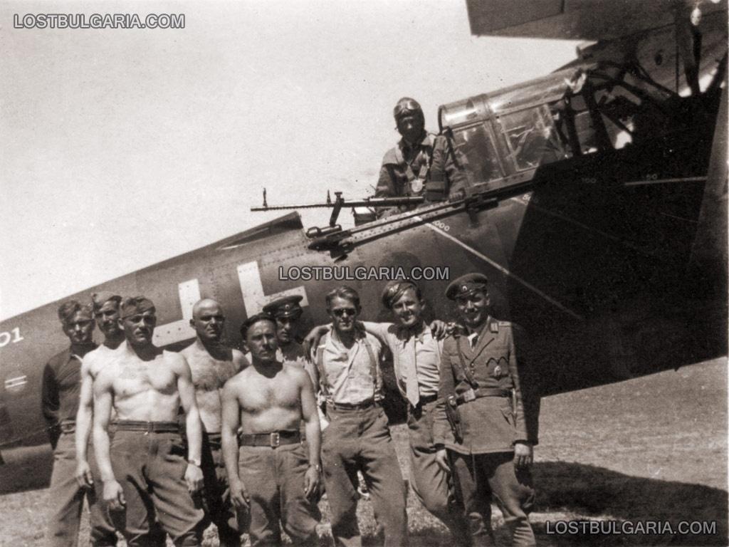 Български летци и техници пред германски разузнавателен самолет Хеншел-126 на Луфтвафе, 1941 г