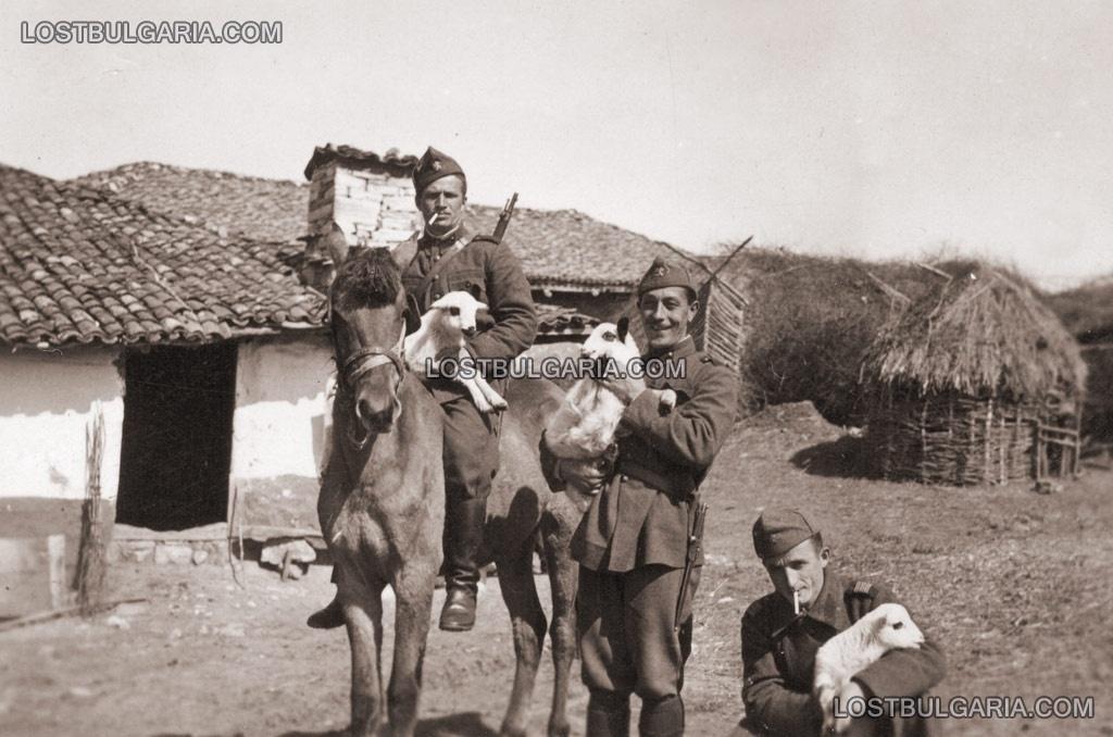 Подофицер и войници купуват агнета в планинско село