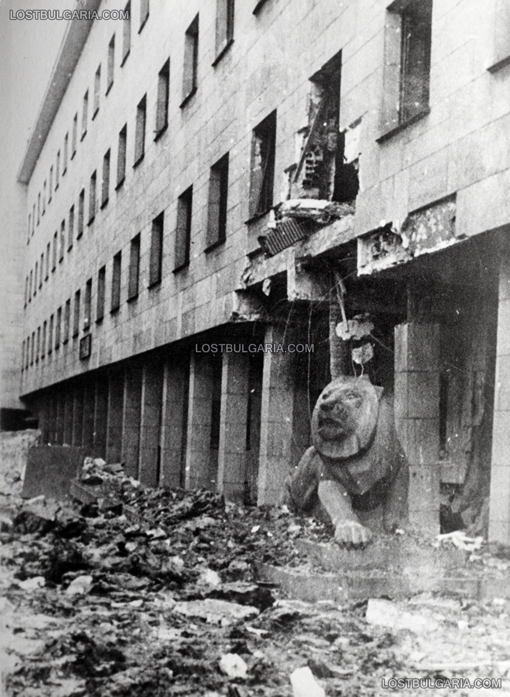 """Разрушенията в София след бомбардировките на съюзническата авиация на 10 януари 1944 г.: Министерство на вътрешните работи на ул. """"6-ти септември"""""""