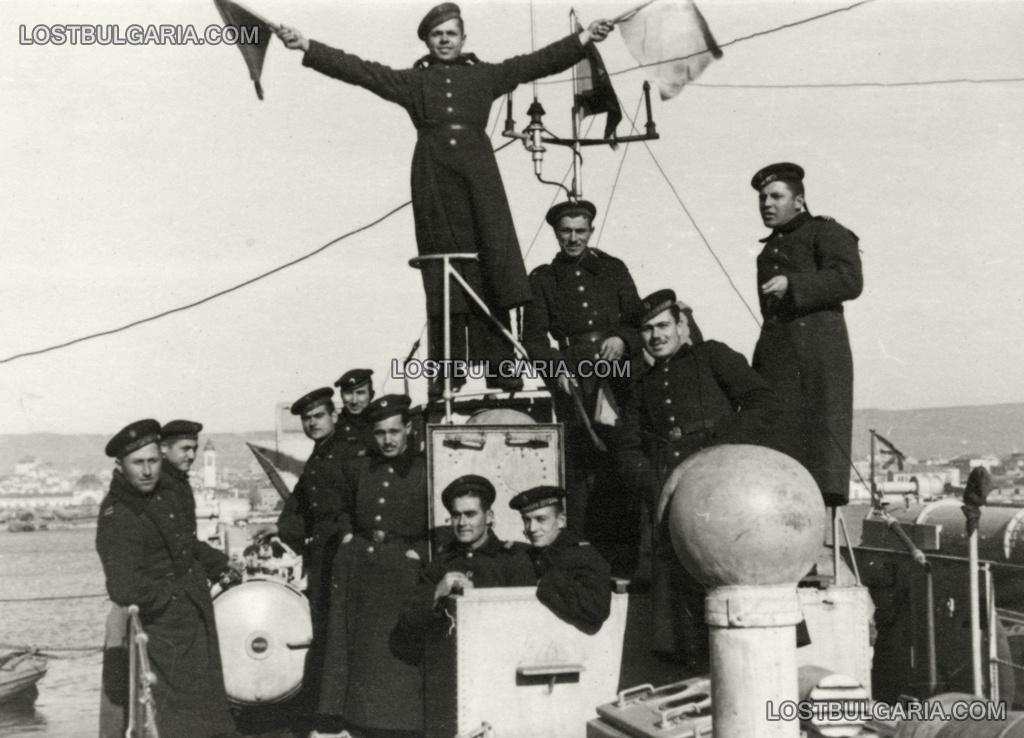 Екипажът на торпеден катер, на заден план град Варна, 1943-44 г.