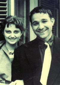 Невена Коканова и Любомир Шарланджиев в деня на сватбата си в Габрово на 2 март 1958 г.