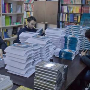 Снимка за спомен от подписването на първите поръчани книги. Това беше нашият начин да се отблагодарим на всички, които ни подкрепят в това начинание.