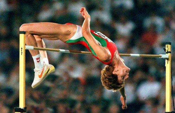 Стефка Костадинова поставя световен рекорд в скока на височина — 209 см.