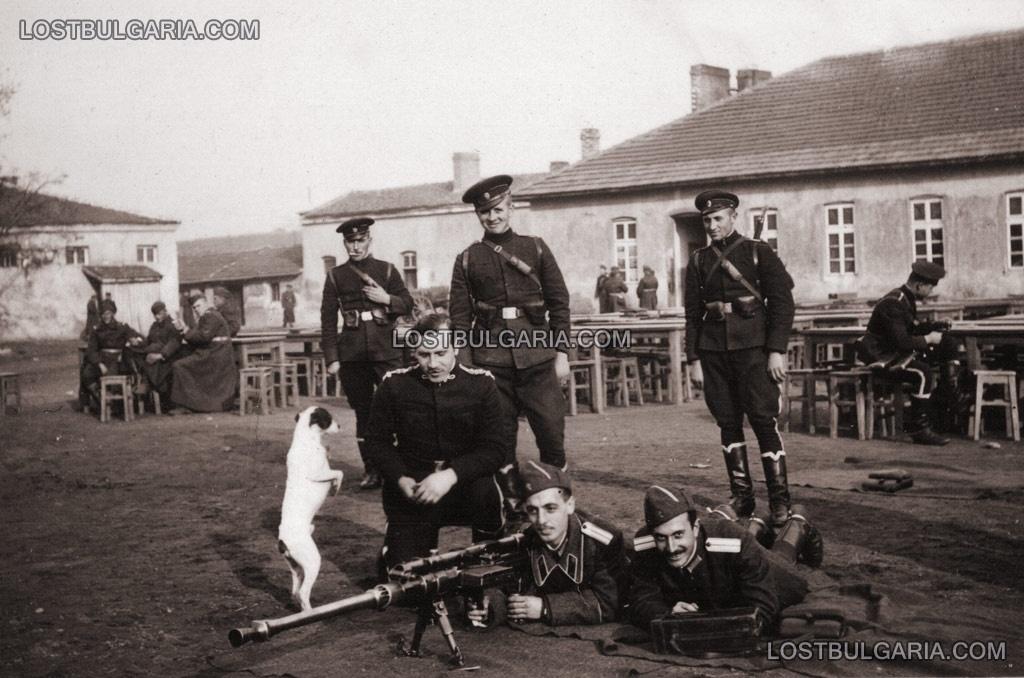 """фицери от Лейбгвардейския на Н.В. конен полк с противотанкова пушка """"Солотурн"""""""