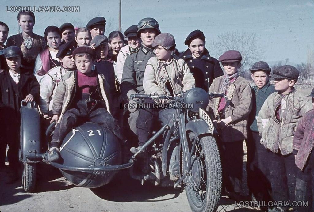 Деца с немски войник при преминаването на германската армия през България, 1941 г.