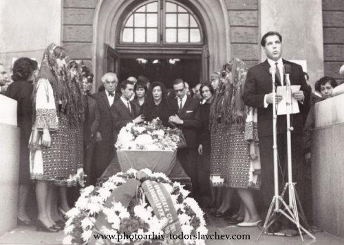 Погребението на Димитър Талев, 1966 г. София. Поклонение в Народния театър.