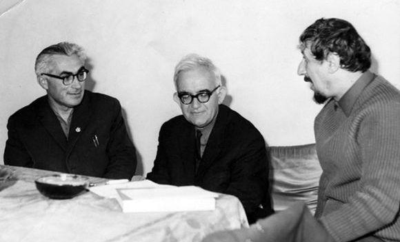 Атанас Далчев (в средата) заедно с поета и преводача Александър Муратов (вляво) и Радой Ралин