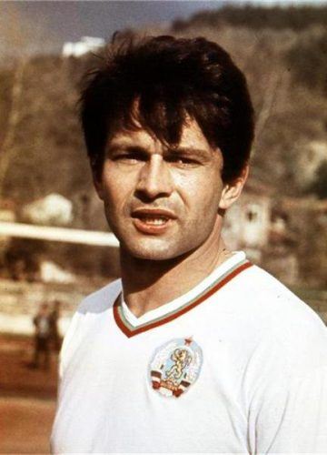 """За """"Ботев"""" и """"Левски"""" Аспарухов има общо 247 мача, в които отбелязва 150 гола - 125 за """"сините"""" и 25 за """"Ботев""""."""
