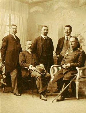 Обща снимка с братята: (седнали) акад. Александър Балан, генерал Георги Тодоров
