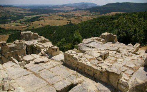 Внушителните размери на двореца в Перперикон и особеното му устройство, доказват, че е имал и религиозно предназначение, и дават основание на изследователите да смятат, че това е прорицалището и прочутото светилище на древногръцкия бог Дионис. Същото, което учените от години търсят на различни места в Родопите. източник: www.nasamnatam.com