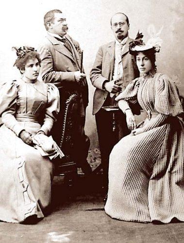 """Стоян Михайловски и съпругата му Райна (вляво), д-р Кръстев и жена му Рада. Снимката е от книгата на Здравко Дафинов """"Автентичният д-р Кръстев"""""""