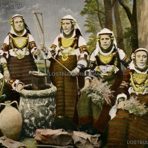 Българки от Македония, облечени в характерни носии, позират пред бутафорен кладенец, началото на ХХ век снимка: lostbulgaria.com