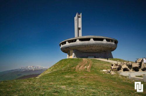 """Дом-паметникът на Бузлуджа е построен от народа и разрушен от него. Само с дарения от граждани са събрани над 14 000 000 лева за грандиозния строеж, което е в унисон с с желанието на управляващите изграждането на паметника да е дело на народа. До завършването му през 1981 година са използвани общо над 300 километра арматура и 12 000 кубични метра бутон. Тържественото му откриване се състои на 23 август 1981 година и е в чест на двойния празник – """"1300 години България"""" и """"90 години от създаването на БКП"""". През следващите години милиони българи ще минат през знаковото за партията място, преди политическите промени да го оставят на произвола на народната любов, която го обрича на разруха."""