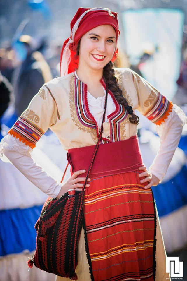 Засмяна мома с традиционна носия от Кюстендилско