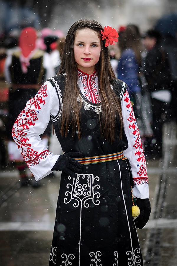 Прекрасна девойка с облекло от Пернишка околия