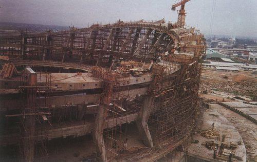 Снимки от личния архив на инж. Гено Генов от строежа на Националния театър в Лагос, Нигерия. Сградата е завършена за рекордните 2 години от български строителни бригади с местна помощ за Втория фестивал на африканското изкуство.В събитието, провело се между 15 януари и 12 февруари 1977 година, участват около 16 000 представители на 56 африкански страни и нации.