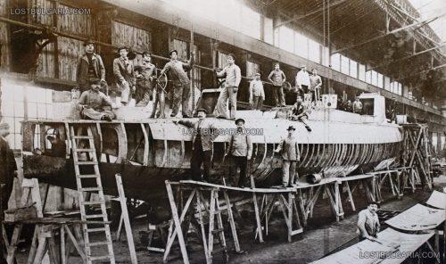 Построяването на един от поръчаните от България торпильори (миноносците: Дръзки, Смели, Строги, Летящи, Храбри и Шумни) във френската корабостроителна компания Шнайдер (M.M Schneider) в градчето Шалон сюр Сон (Chalon-sur-Saône), Франция около 1905 година. Източник на снимката: www.lostbulgaria.com