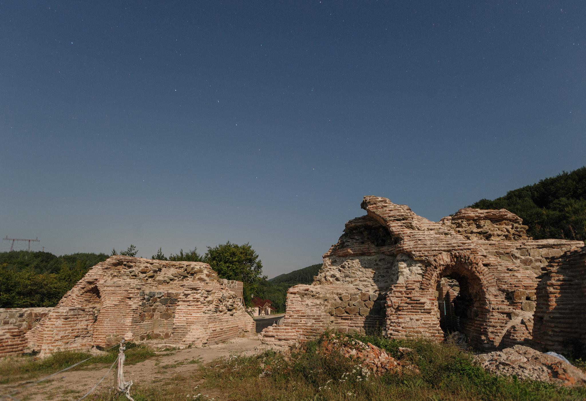 Крепостта Траянови врата. Намира се на точно час от столицата.