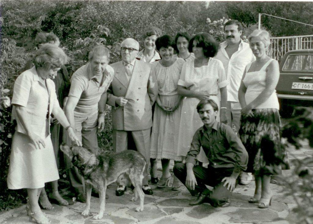 Хр. Траянов със семейството си и в компанията на генерал Владимир Стойчев. Снимката е направена във вилата на Хр. Траянов в Банкя.