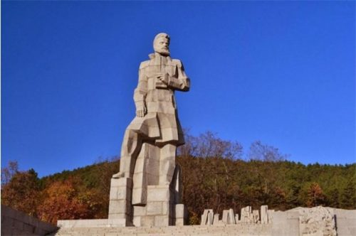 Паметник на Христо Ботев, град Калофер. Сника: http://dariknews.bg