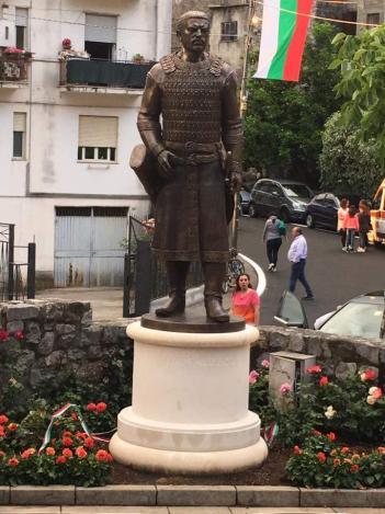 Паметник на кан Алцек в Италия