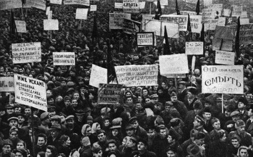"""Организиран от ОФ-властта митинг в подкрепа на провеждането на """"народен съд"""" след Деветосептемврийския преврат през 1944 г. и окупирането на Царство България под съветска окупация. Снимка: http://www.mediapool.bg"""