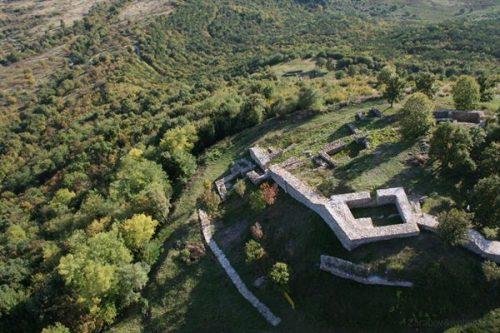 Средновековен град Хотич - източник : Почивка.бг