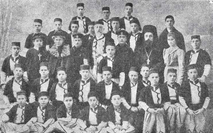 Пиърс О`Махони в средата с възпитаниците на сиропиталището