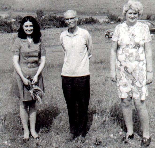Проф. Д. Пасков (в средата) с проф. д-р Н. Бояджиева (вляво) и н.с. маг. фарм. П. Нинова (вдясно)